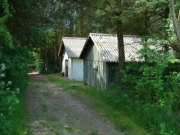 Brændeskur og toilet / bad for lejrplads